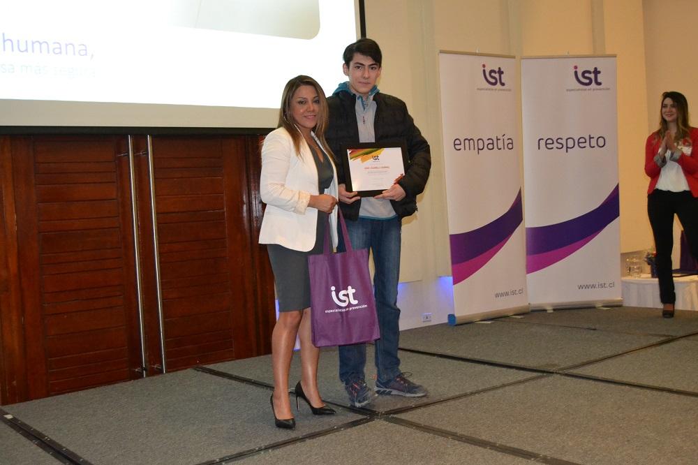 Pamela Muñoz entrega premio CPHS
