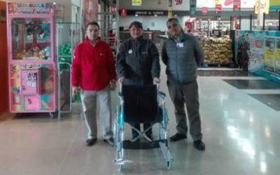 Entrega de silla de ruedas para local Unimarc Los Volcanes, del grupo SMU S.A.